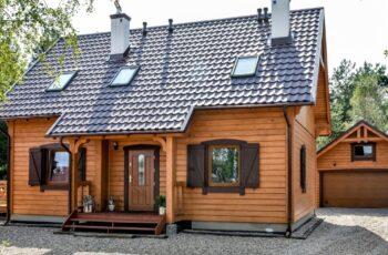 Casa din lemn cu mansarda, 95 mp, 4 camere, 2 bai – imagini si proiect